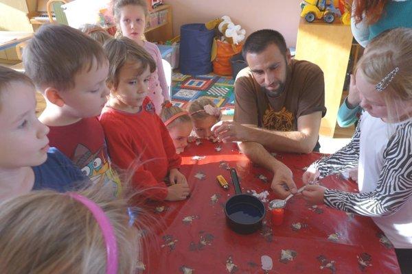 Deti s lektorom Ľ. Pančíkom.
