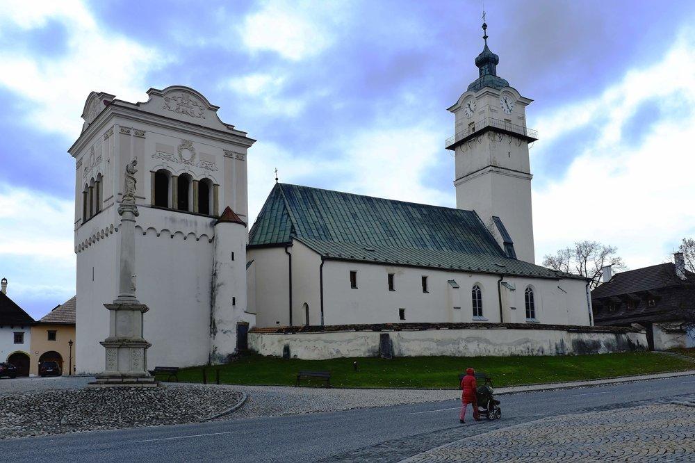 Na snímke renesančná zvonica z roku 1598 a Kostol svätého Juraja a socha Immaculaty z roku 1772.