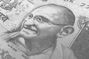 Táto 500 rupiová bankovka už nebude v Indii platiť. Vymeniť si ju bude možné iba bankách.