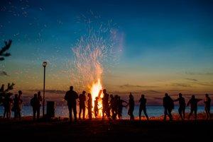 Oheň uprostred temnoty spája a povznáša ľudí.