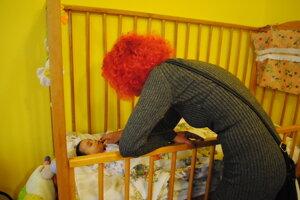 Vedúca redakcie smalou Peťkou. Dieťa porodila narkomanka.