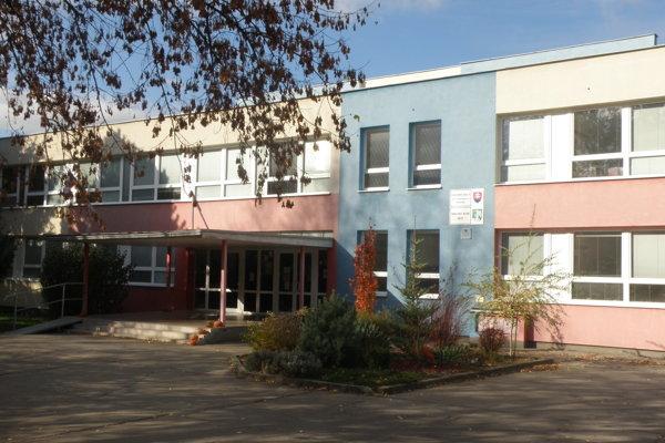 V  Základnej škole na Ulici Dobšinského je nasťahovaná škôlka už štyri roky.
