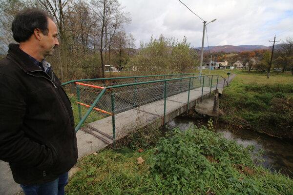 Starosta Ľubomír Noska nechal betónovú lávku pre bezpečnosť ľudí uzavrieť.