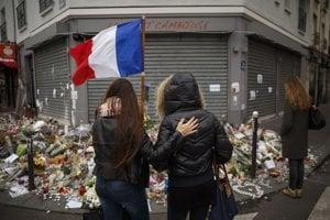 Spomienka na jednom z miest, kde teroristi pred rokom zabíjali.