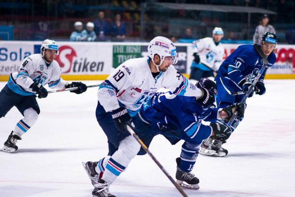 Hokejisti Nitry si v piatok pripísali druhú domácu prehru - navyše, druhú za sebou. V popredí obranca Peter König.