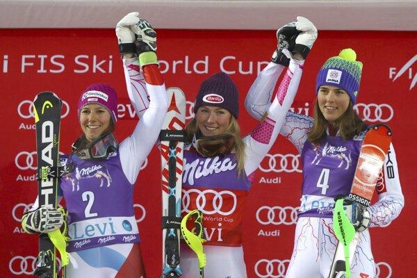 v strede víťazka, americká slalomárka Mikaela Shiffrinová, vľavo druhá v cieli Švajčiarka Wendy Holdenerová a vpravo tretia liptovská slalomárka Petra Vlhová oslavujú na pódiu úvodného slalomu Svetového pohára vo fínskom Levi.