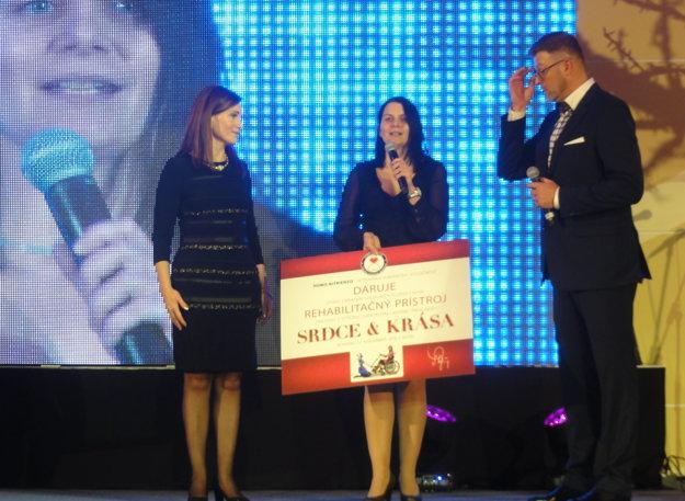 Symbolický šek Margita Štefániková odovzdala Silvii Lužákovej, vedúcej útvaru terénnych sociálnych služieb Správy zaradení sociálnych služieb.