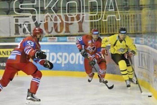 Na snímke zľava Igor Bobček a Róbert Huna (obaja Liptovský Mikuláš) a Matúš Matis (MsHK Žilina) počas hokejového zápasu Tipsport Ligy MsHK Žilina - MHk 32 Liptovský Mikuláš.