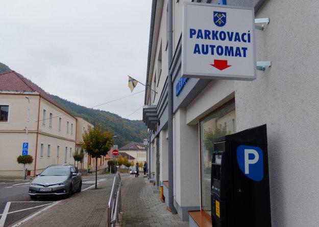 Parkovací automat v centre.