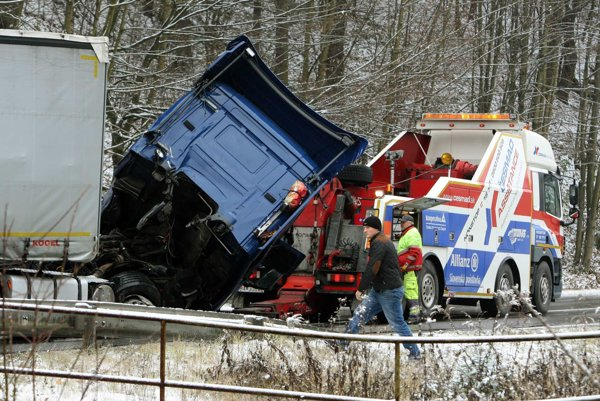 Cestu na Donovaly museli uzavrieť kvôli vyťahovaniu havarovaného kamióna.