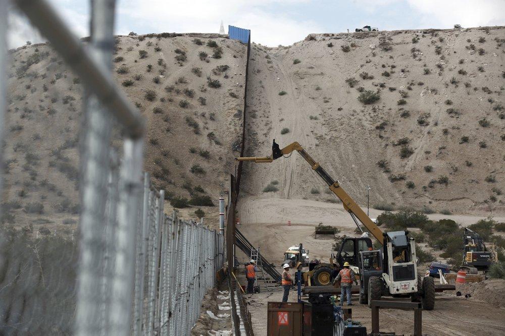 Stavebné práce pri zvyšovaní plotu v Novom Mexiku, fotografia je zo začiatku novembra 2016. FOTO – SITA/AP
