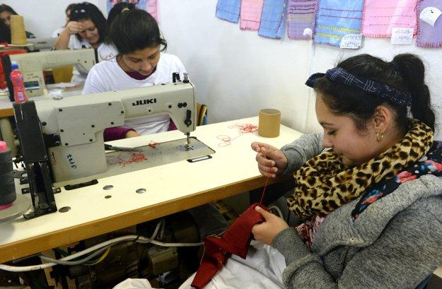 Študentky sa venujú výrobe tradičných rómskych krojov a spoločenských šiat s rómskymi motívmi.