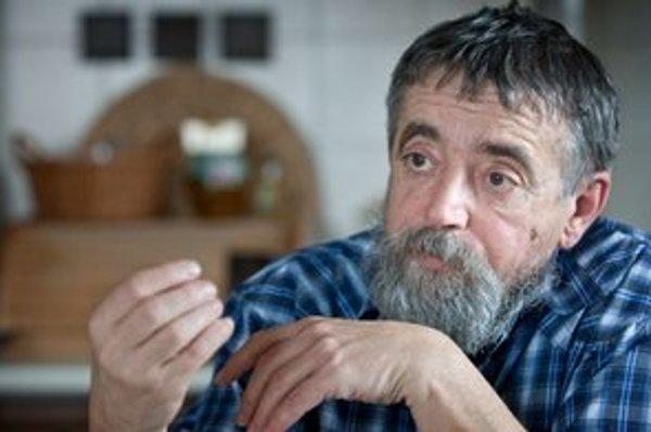 Vladimír Urban (1953) vyštudoval Filozofickú fakultu Univerzity Komenského v Bratislave, aprobácia filozofia - dejepis. V roku 1977 nastúpil ako učiteľ na gymnázium v Šali, v rokoch 1999 až 2009 bol na škole riaditeľom. Školstvu sa venuje aj po skončení a
