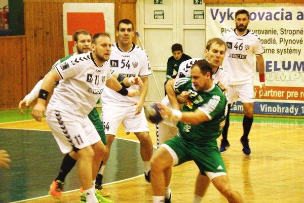 Pri lopte kanonier HC Štart Tomáš Straňovský, ktorý zaťažil v zápase proti Hlohovcu konto súperových brankárov trinástimi gólmi.
