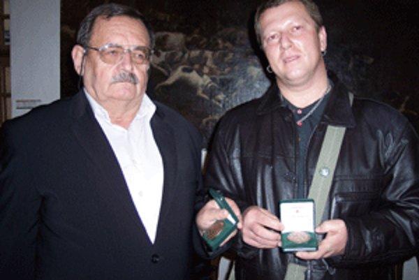 Medailu profesora Ján KŃazovického si prišiel prevziať Július Košík (vľavo)a Róbert Duchoň.