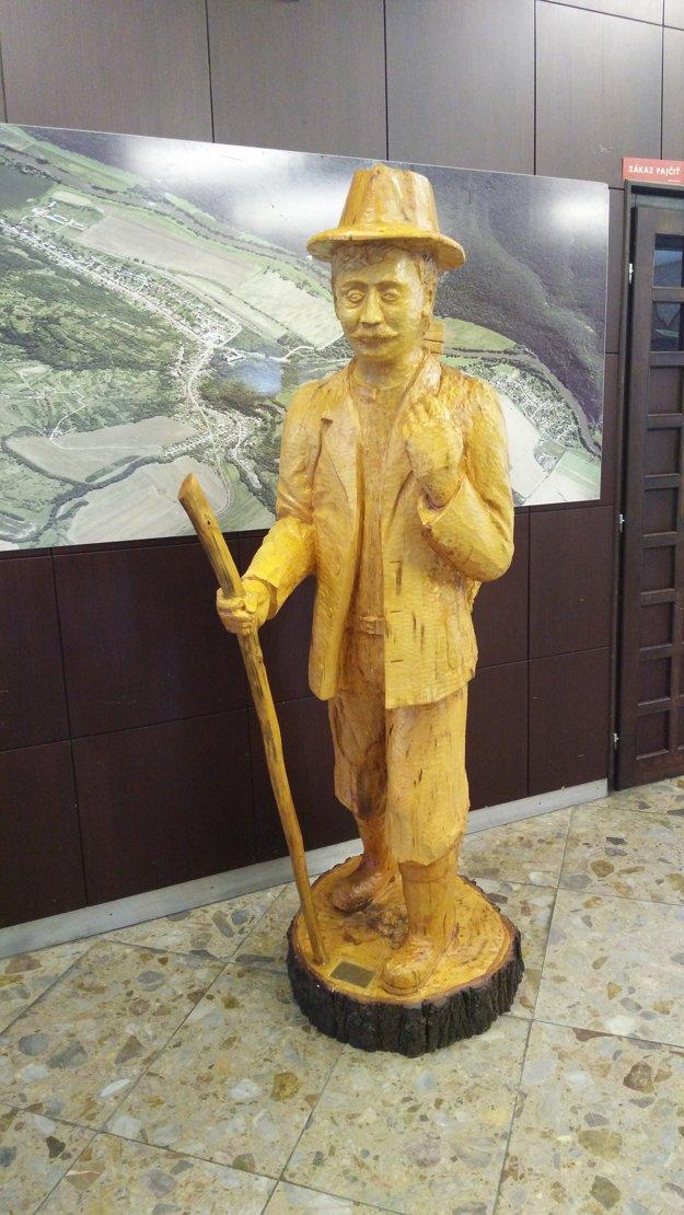 Vchod do obecného úradu zas zdobí socha krošniara v životnej veľkosti.