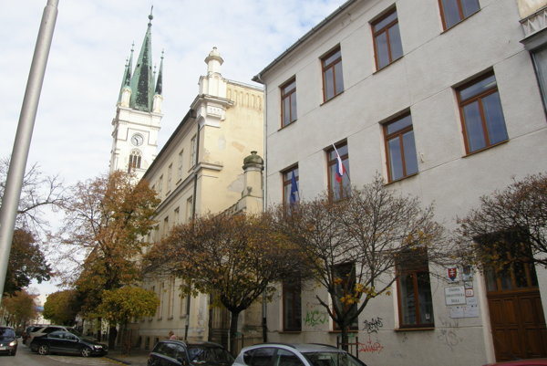 Stredná zdravotnícka škola má teraz sídlo na Farskej ulici (budova vpravo).