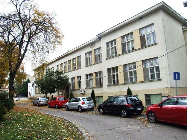 Táto budova v areáli nemocnice je prázdna. Budú sa tu učiť stredoškoláci?