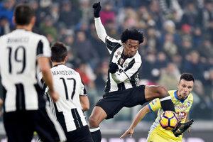 Juan Cuadrado (druhý sprava) z Juventusu sa snaží spracovať loptu v zápase proti Pescare.