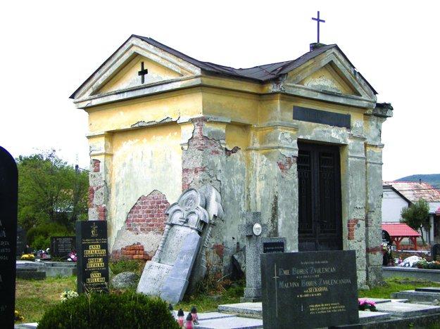 Hrobka Eiserthovcov na obnovu ešte čaká.