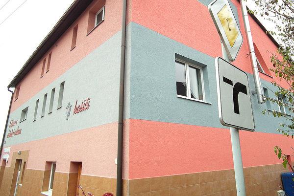 Kultúrny dom má už novú fasádu na všetkých štyroch stenách.