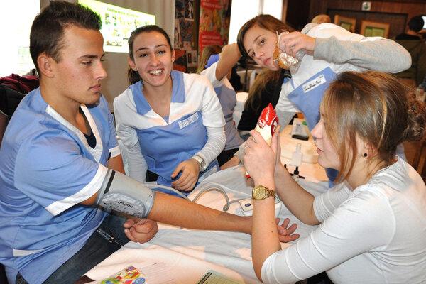 Meranie tlaku je len jedna zmnožstva činností, ktoré sa musia naučiť budúci zdravotníci.