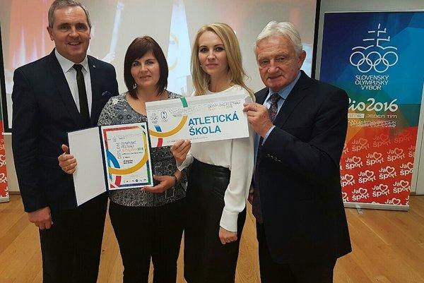 Zľava Róbert Rudinský, Erika Podoláková, Erika Demová aprezident SOV František Chmelár.