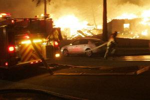 Na dnes ráno zasahovali zložky pri požiari domu a tragickej nehode.
