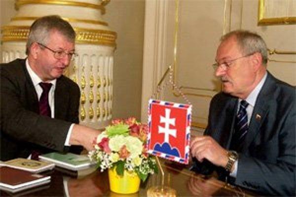 Bývalý predseda Ústavného súdu (ÚS)  Jozef Mazák a Ivan Gašparovič, ktorý do jeho rúk ako prezident skladal sľub. Počas inaugurácie v júli 2004 prisľúbil  Gašparovič  dbať o blaho národných, a nie národnostných menšín, ako mu to predpisuje ústava.  Ján Ma