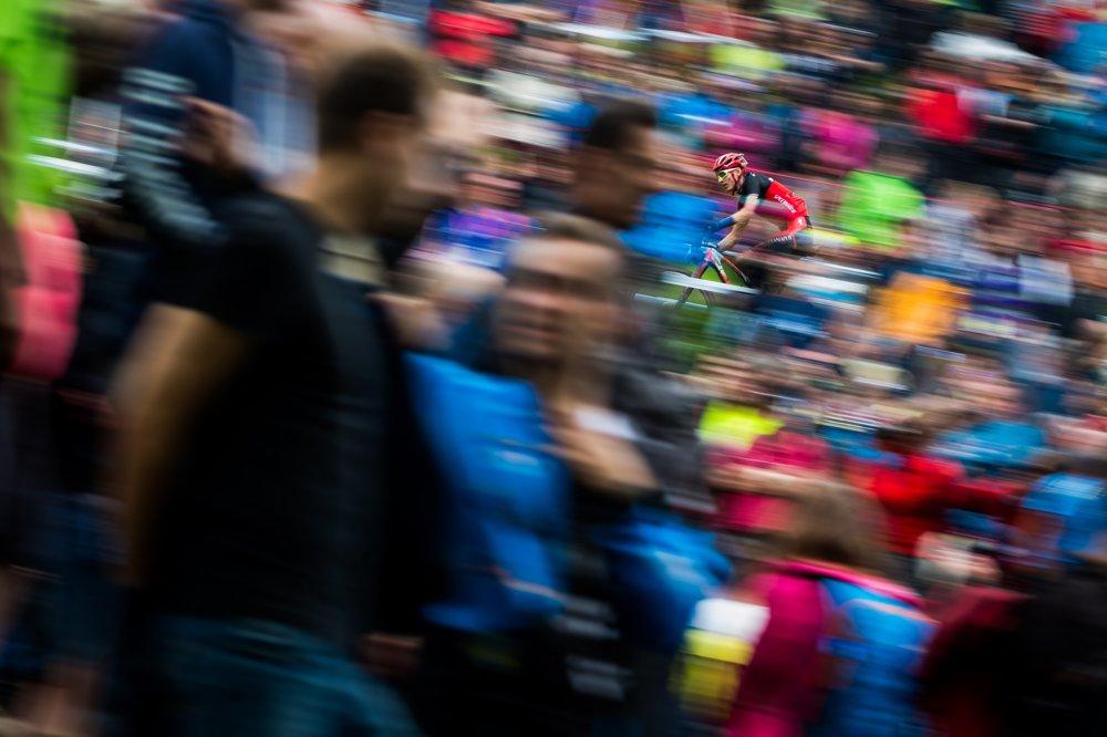 ŠPORT: Michal Červený, voľný fotograf – 1/20 sekundy pretekov. Biker Jaroslav Kulhavý na trati svetového pohára horských bicyklov vo francúzskom La Bresse.