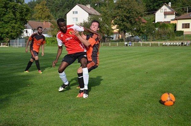 Dada Nkokolo oblieka dres Mníchovej Lehoty. V oblastných súťažiach patrí medzi najlepších futbalistov.