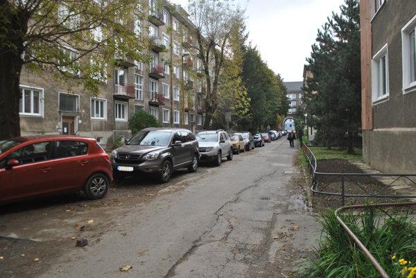 Sťažnosť obyvateľov. Majitelia áut na Kisdyho ulici sa sťažujú na zvýšený počet vozidiel po zavedení parkovacieho systému mimo centra.