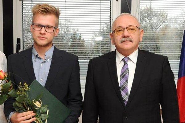 Rektor Slovenskej poľnohospodárskej univerzity vNitre Peter Bielik (vpravo) ocenil Mareka Poláka za šírenie dobrého mena svojej alma mater.