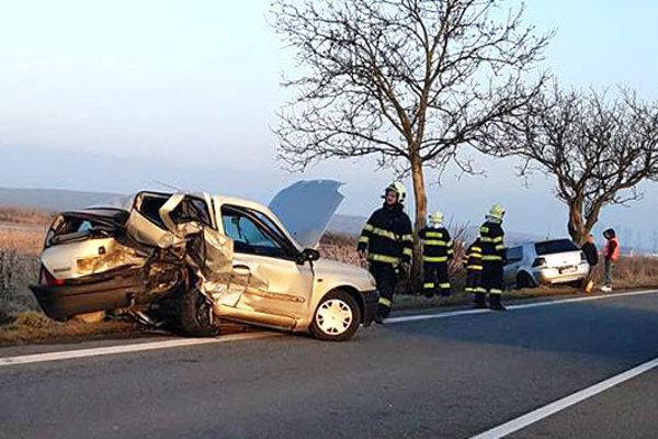 Po zrážke. Zostali len dvaja zranení a zdemolované autá.