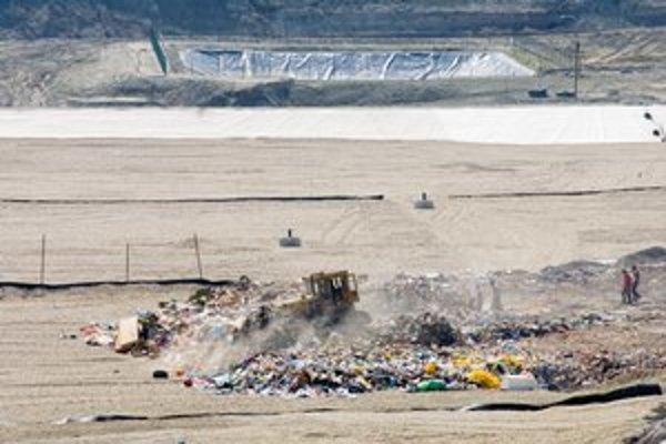 Úplne novú skládku neďaleko centra využívali firmy s odpadom len krátko.