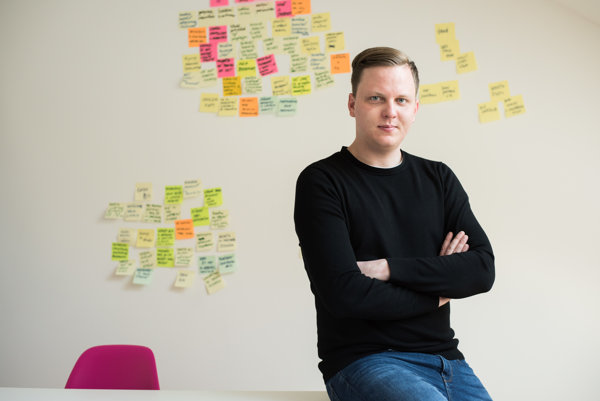 Jozef Benko študoval estetiku a interaktívne média, potom niekoľko rokov pracoval ako dizajnér v USA a Austrálii. Po návrate na Slovensko pomáhal dizajnovať pre neziskové organizácie a v súčasnosti vedie dizajn v slovenskej pobočke agentúry 2FRESH, ktorá sa zameriava na dizajn orientovaný na človeka.