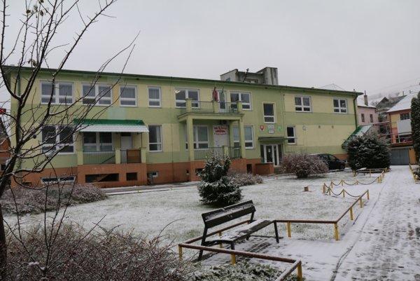 Obecný úrad bude mať bielu strechu nie vďaka snehu ale bielej plastovej fólii.