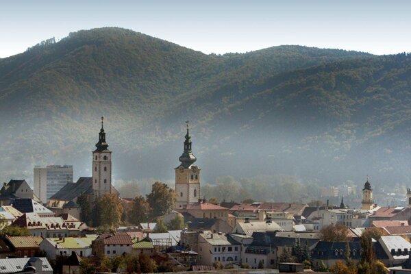 Banská Bystrica má problém s prašnosťou dlhodobo. v posledných hodinách sa však situácia zhoršila. Má na tom podiel aj výstavba autobusovej stanice a zhustená doprava na nábreží Hrona.