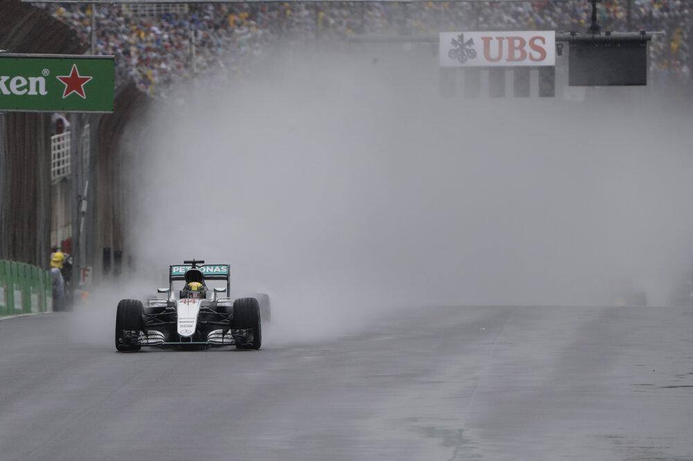 Lewis Hamilton v daždi na Veľkej cene Barzílie.