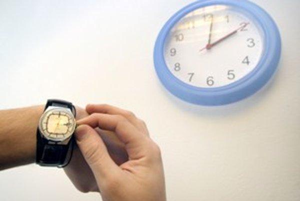 O tretej hodine v noci si ručičky hodiniek posunieme späť na druhú hodinu.