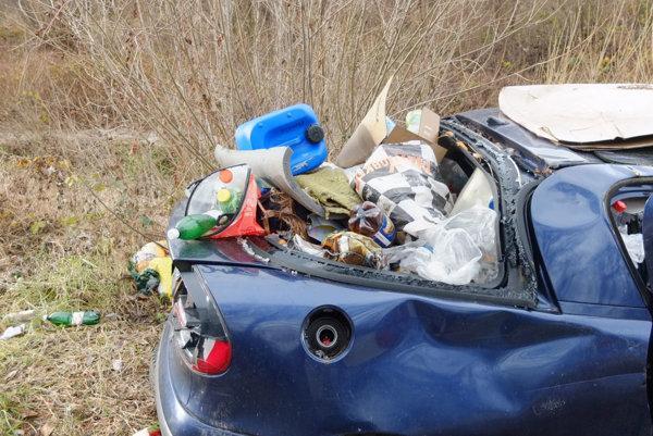 Ľudia z odstaveného auta urobili skládku.