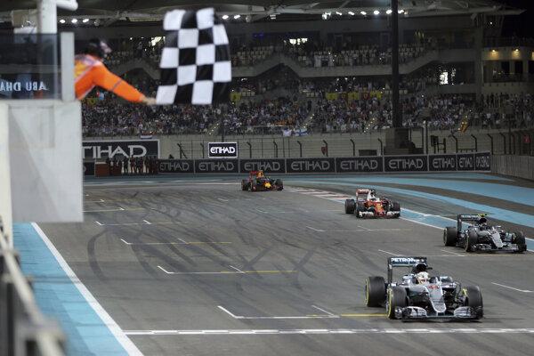 Ako prvý prišiel do cieľa poslednej tohtoročnej Veľkej ceny Abú Zabí Lewis Hamilton, na zisk titulu mu to však nestačilo.