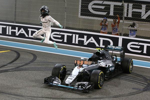 Nemec Nico Rosberg oslavuje zisk titulu.
