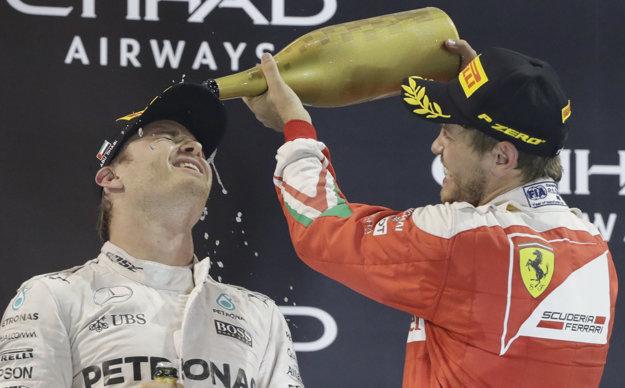 Sebastian Vettel, ktorý v Abú Zabí prišiel do cieľa ako tretí, krstí tohtoročného šampióna Nica Rosberga. V Emirátoch sa miesto sektu oslavuje ružovou vodou.