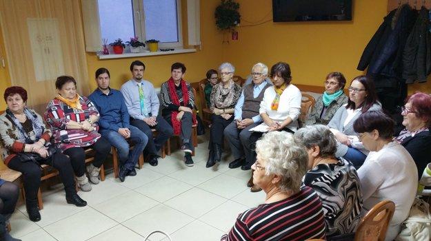 Členovia Základnej organizácie Únie nevidiacich a slabozrakých Slovenska v Lučenci a lektori pri finálnom vyhodnocovaní projektu.
