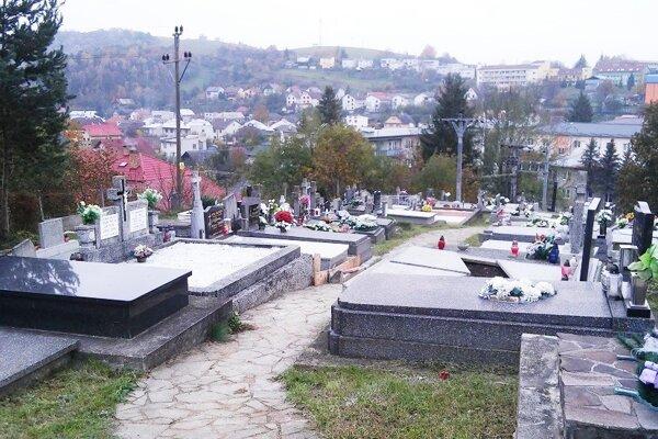 Cintoríny lákajú nielen pozostalých, ale aj vandalov aj zlodejov. (Zdroj: MC)