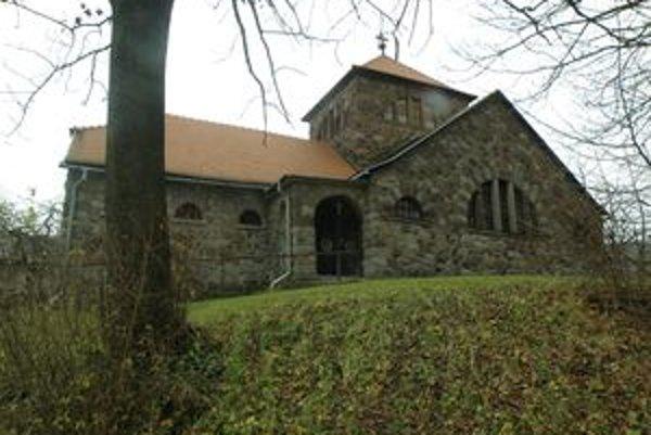 Kostolu Dobrého pastiera v Handlovej hrozí zrútenie.