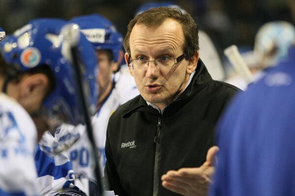Tréner Július Pénzeš sa musel po piatkovom debakli v Poprade z lavičky Novozámčanov porúčať