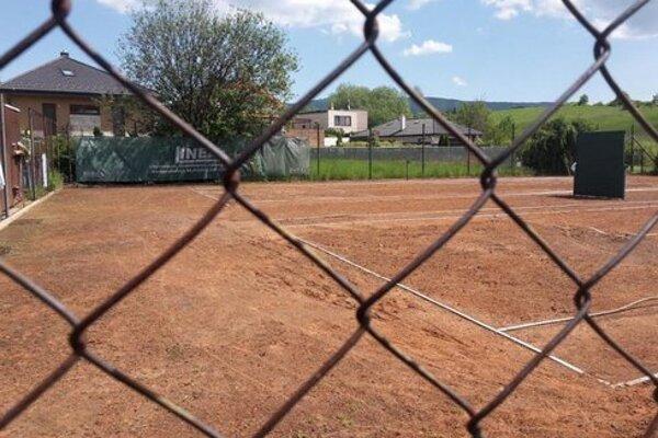 Z tenisových kurtov na Višňovej sa stala stavebná parcela.