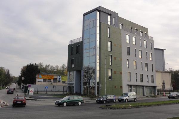 Väčšina úradníkov župy ešte minimálne niekoľko mesiacov ostane v tejto budove prenajatej od súkromníka.